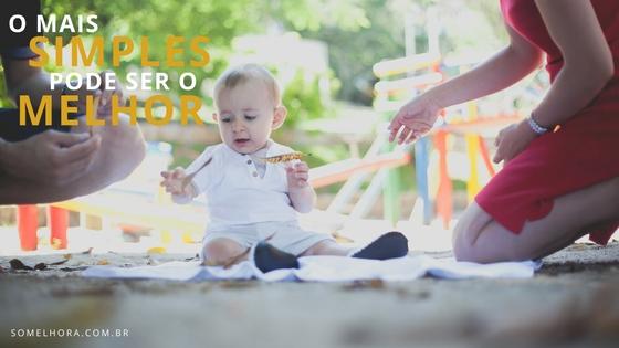 image de um bebê brincando com uma folha, exemplo de que quanto mais simples melhor