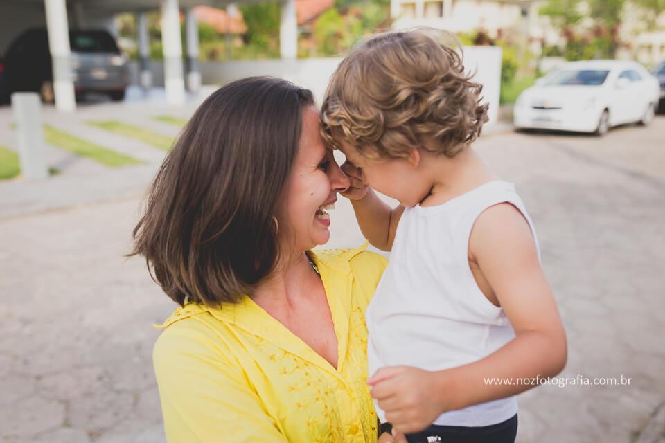 imagem de uma mãe com seu filho no colo