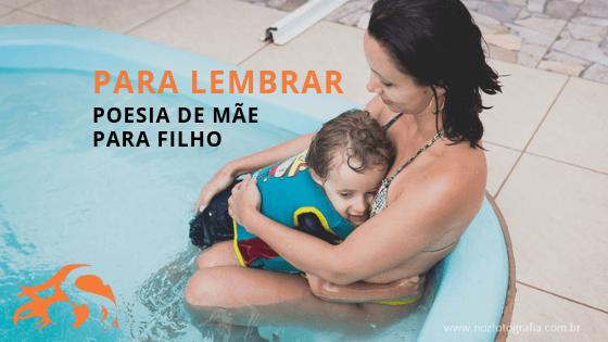 imagem de mãe e filho abraçados na piscina