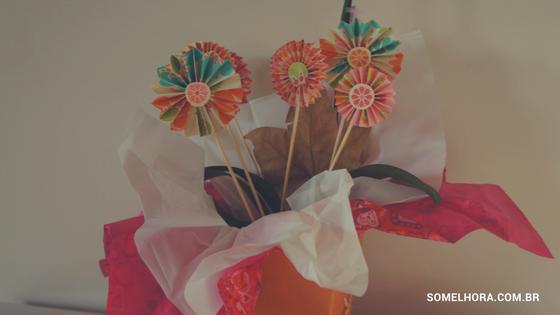 vaso com várias flores de papel
