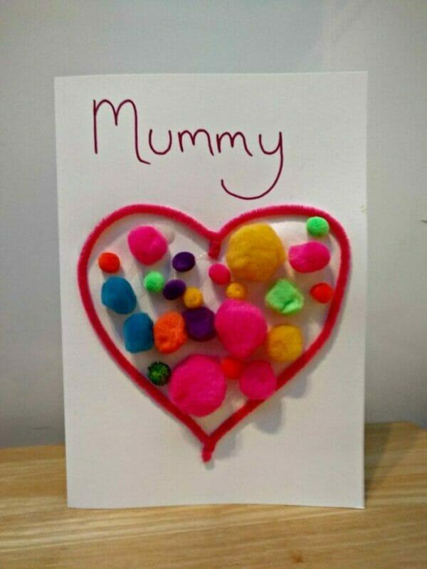 imagem de um cartão de coração com bolinhas, exemplo de cartao para mae