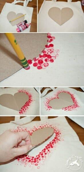 imagem do passo a passo de coração feito com tinta e lápis como exemplo de cartão de mãe