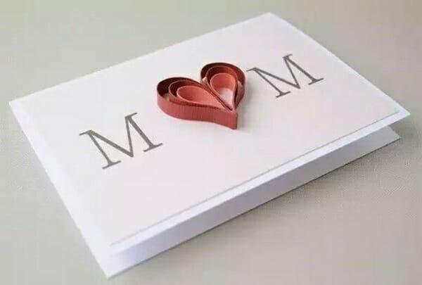 cartão com coração no contro da palavra MOM, lindo cartao para dia das mae