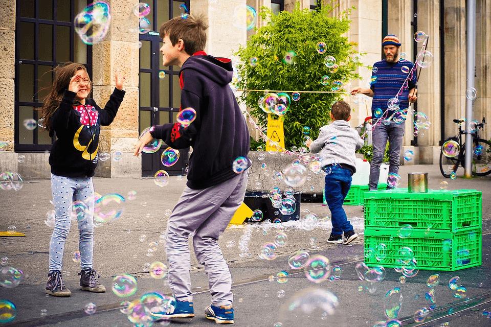imagem de crianças brincando na rua