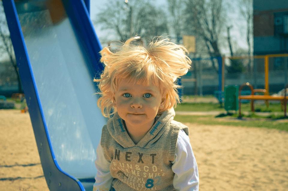 imagem de uma criança no escorregador