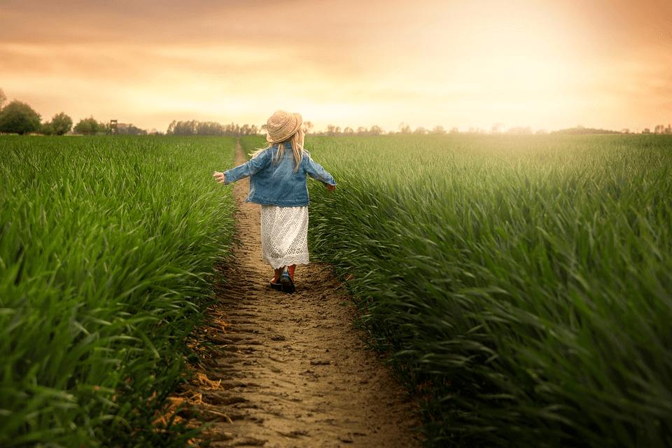 imagem de uma menina passeando no campo