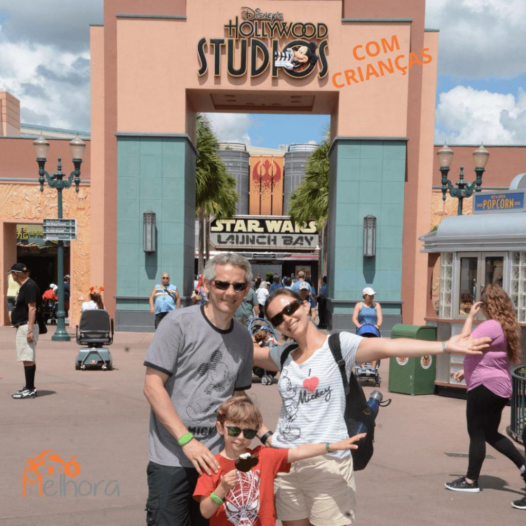imagem de uma família em frete à entrada do parque Disney Hollywood Studios