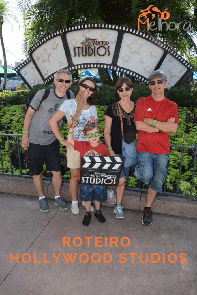 imagem de uma família brincando no parque Hoollywood Studios da Disney