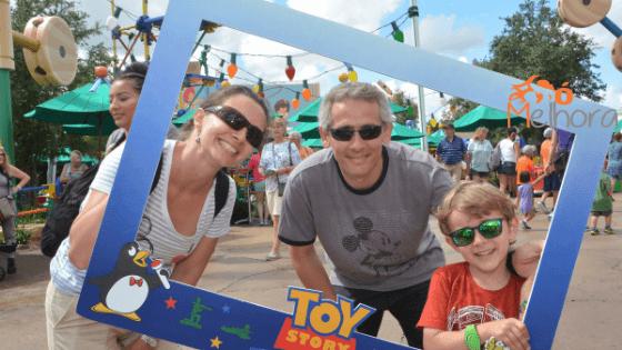 imagem de uma família na Toy Story Land