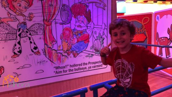 imagem de um menino na atração toy story mania