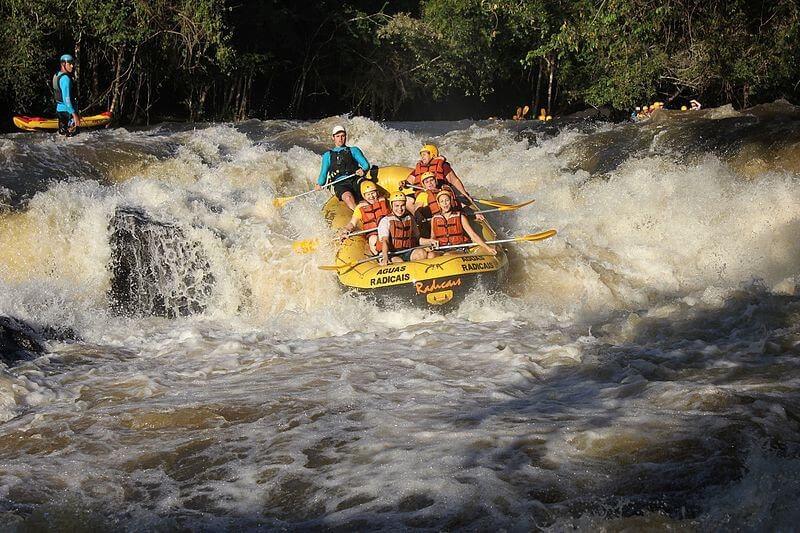 imagem de um grupo fazendo rafting em brotas