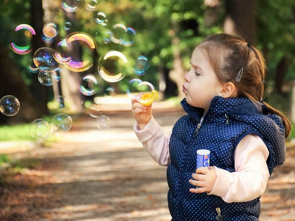 imagem de um menina fazendo bolhas de sabão - melhores destinos nacionais