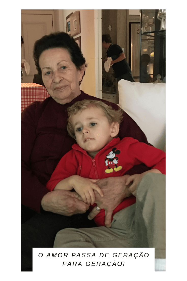 imagem de bisavó com seu bisneto no colo