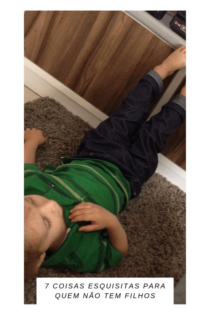 menino com os pés para cima