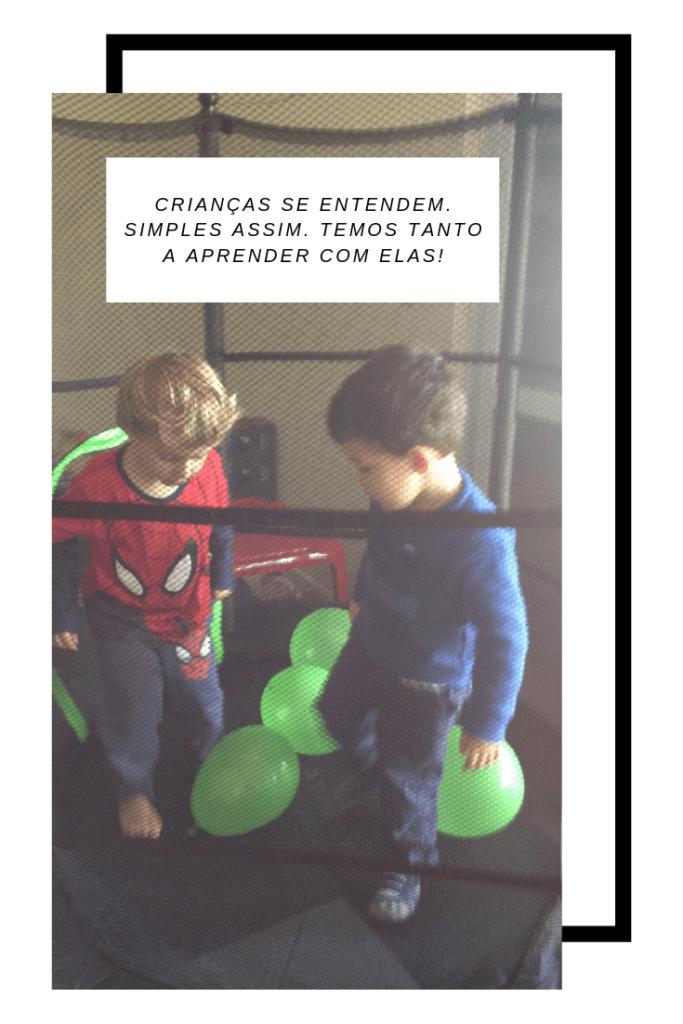 imagem de dois meninos brincando na cama elástica