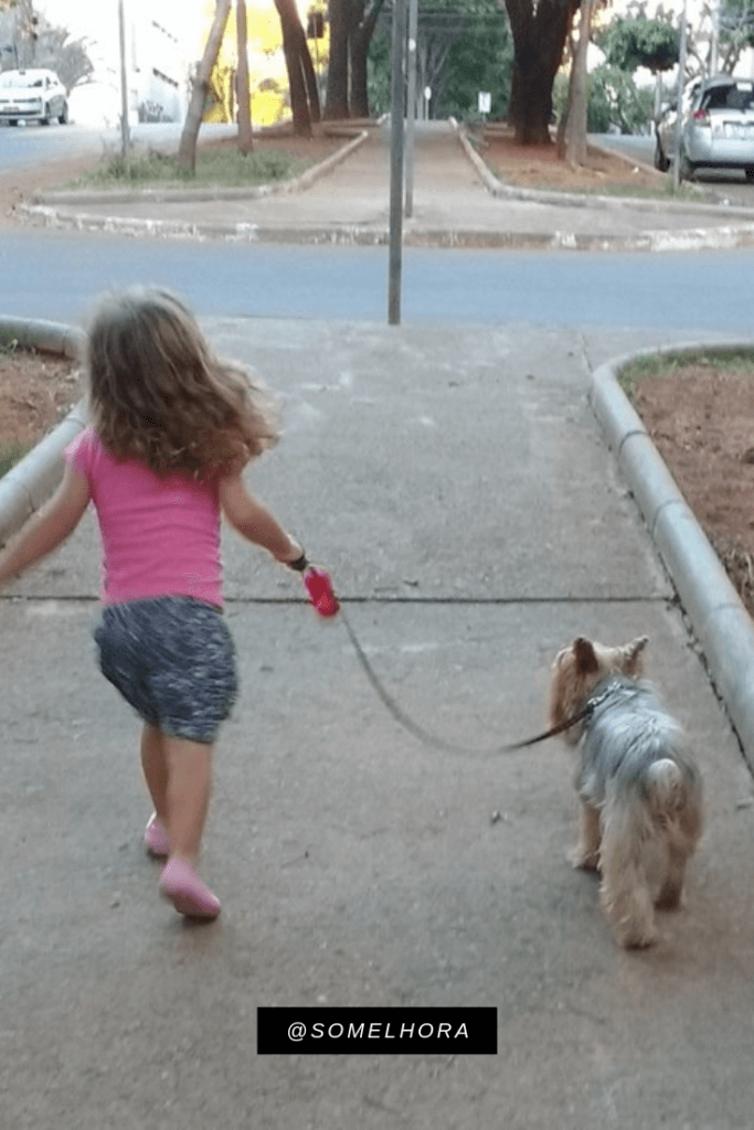 imagem de uma menina passeando com seu cachorro