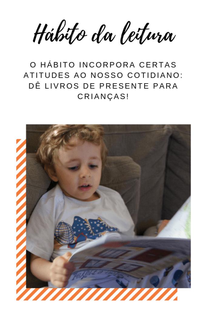menino lendo um livro no sofá