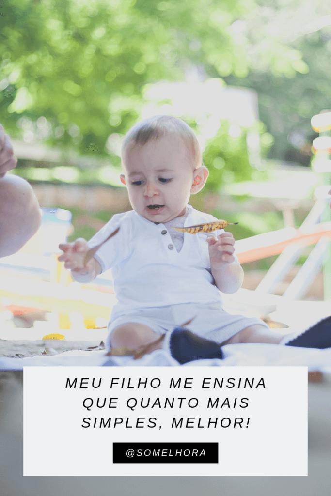 imagem de um bebê brincando com folhas