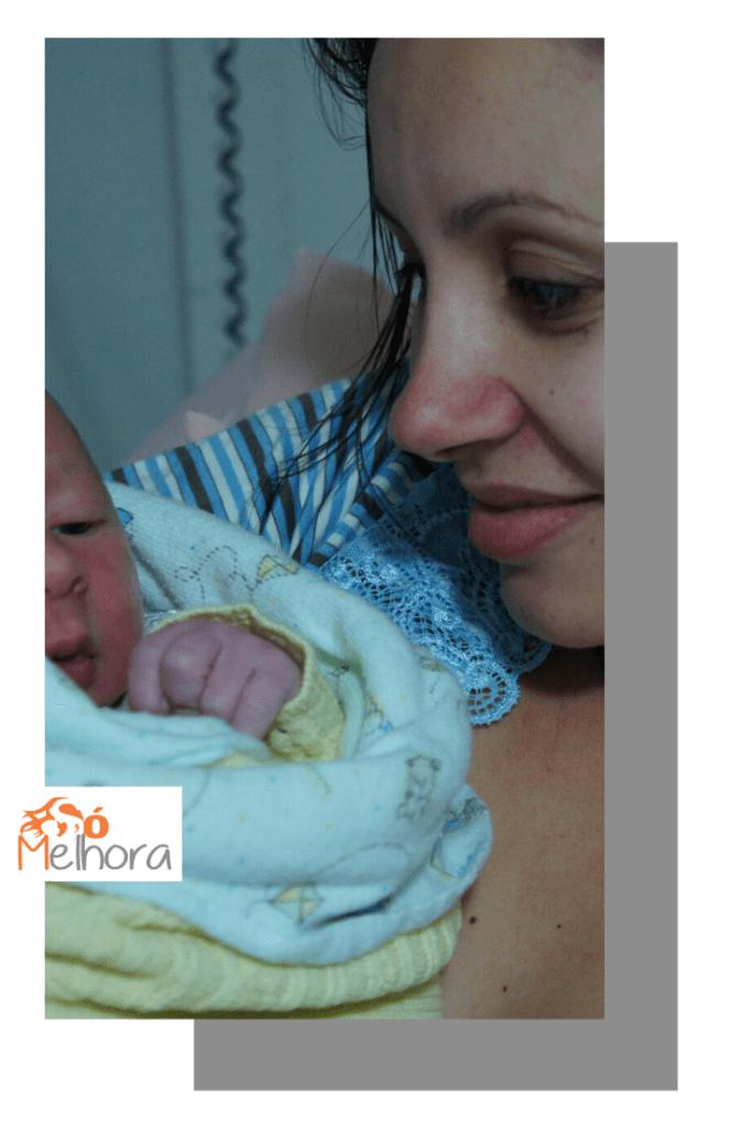 imagem de uma mãe olhando seu bebê recém-nascido