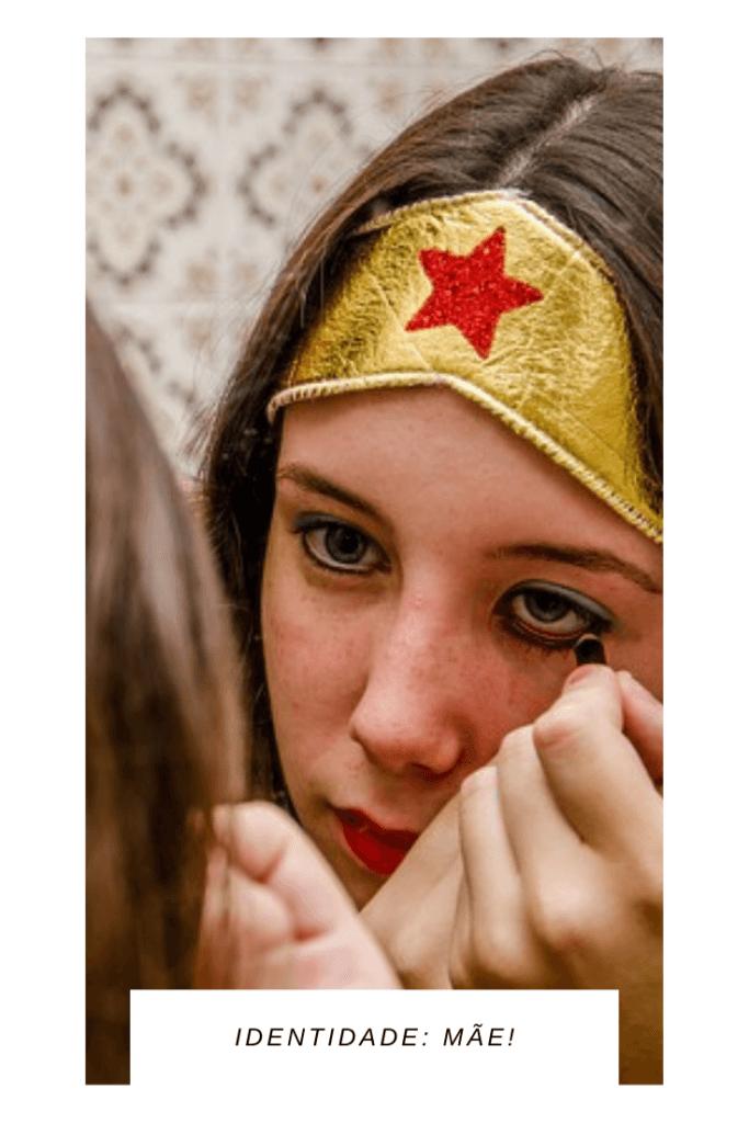 identidade de uma super mãe se maquiando