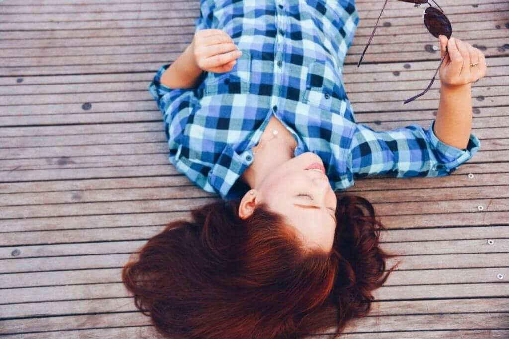 imagem de uma mulher deitada no chão