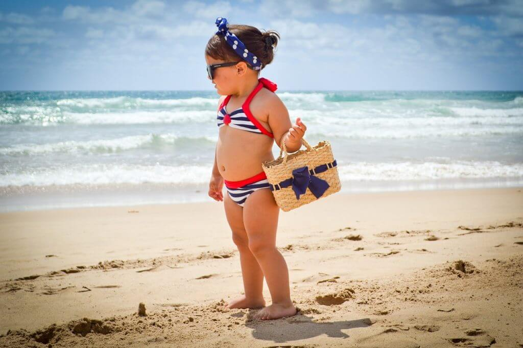look infantil de menina na praia