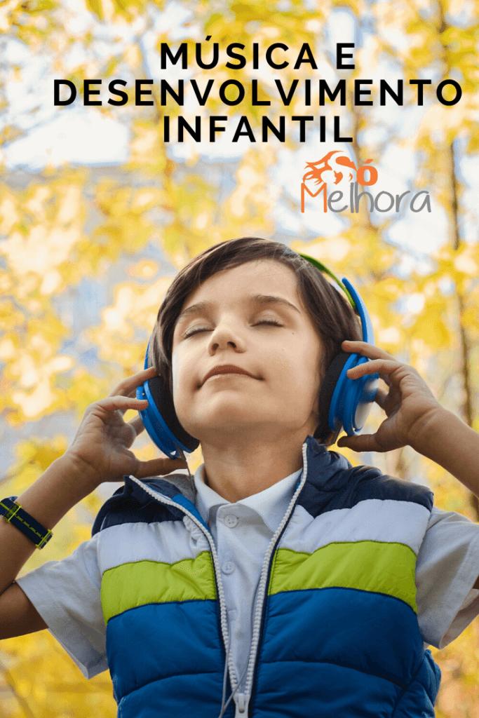 menino feliz ouvindo música