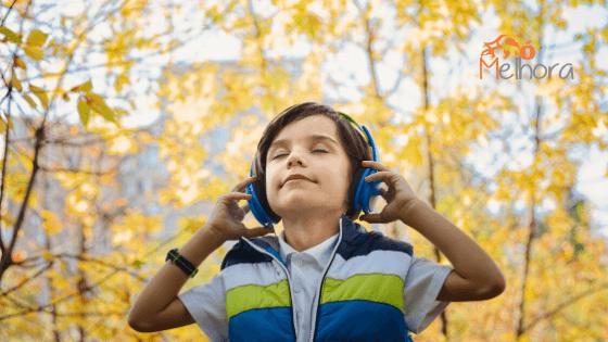 imagem de um menino ouvindo música