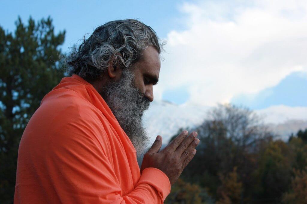 imagem de um homem com as mãos juntas em oração