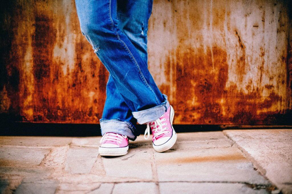 imagem de pernas usando calça jeans para ilustrar marcas artesanais
