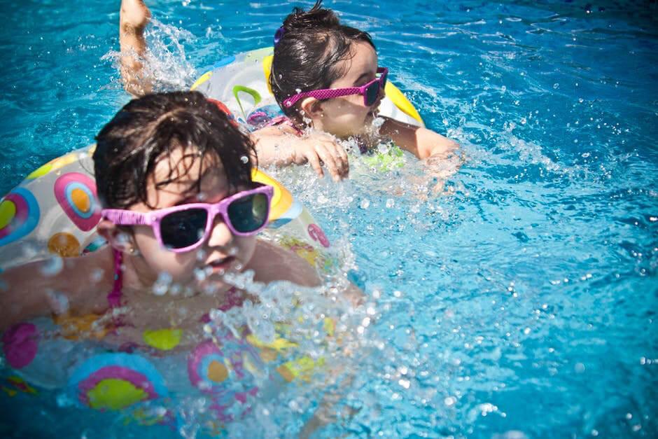 imagem de crianças brincando na piscina