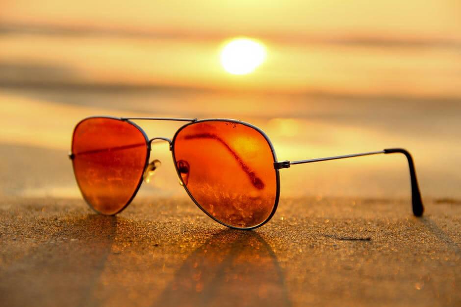 imagem de um óculos no sol