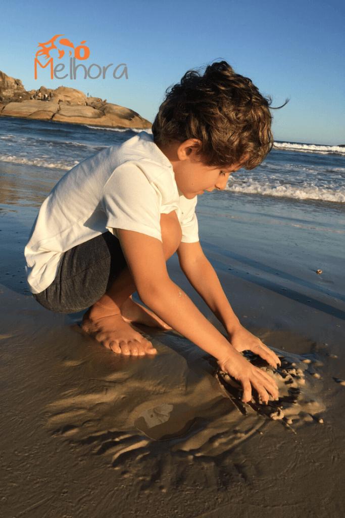 meu filho de 7 anos brincando na areia