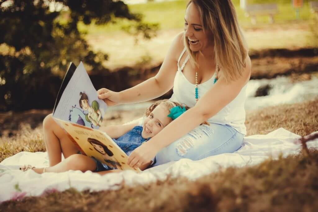 imagem de uma mãe com sua filha no colo para ilustrar presentes online