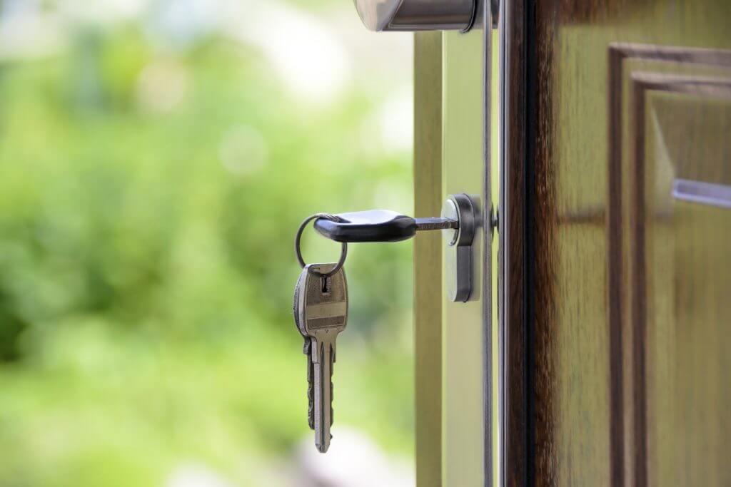 imagem de um chave na porta de uma casa: coronavírus e segurança