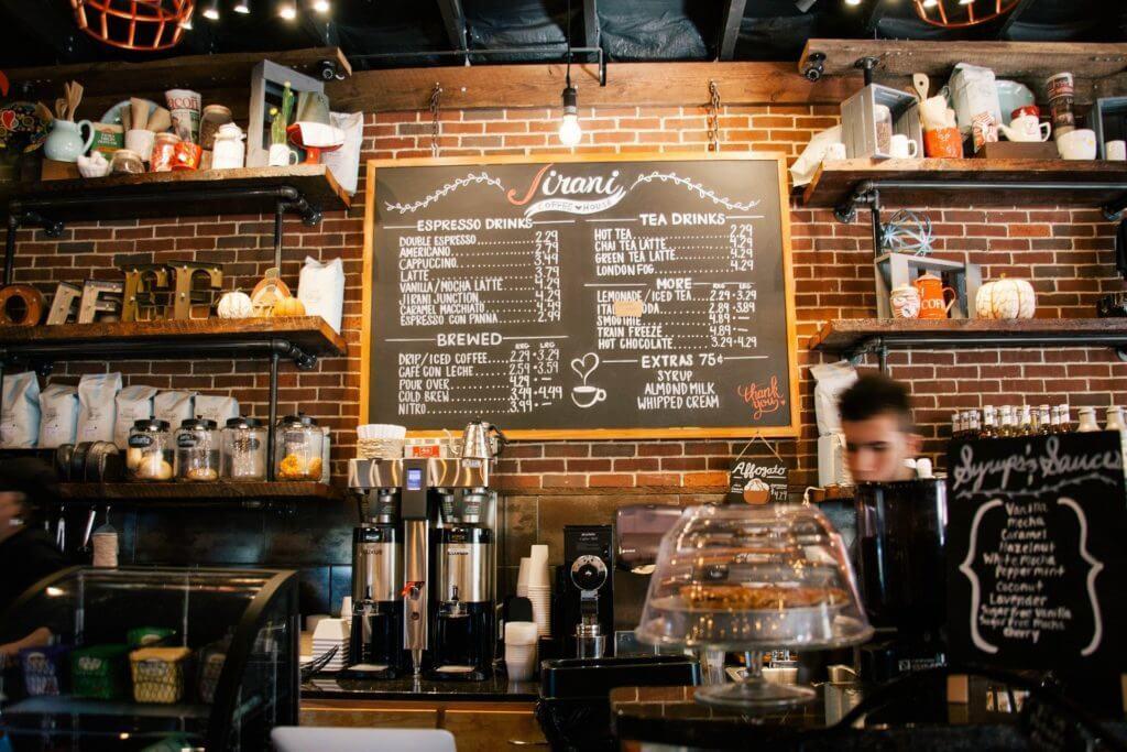 imagem de uma cafeteria para exemplificar uma dica de como economizar em sua viagem