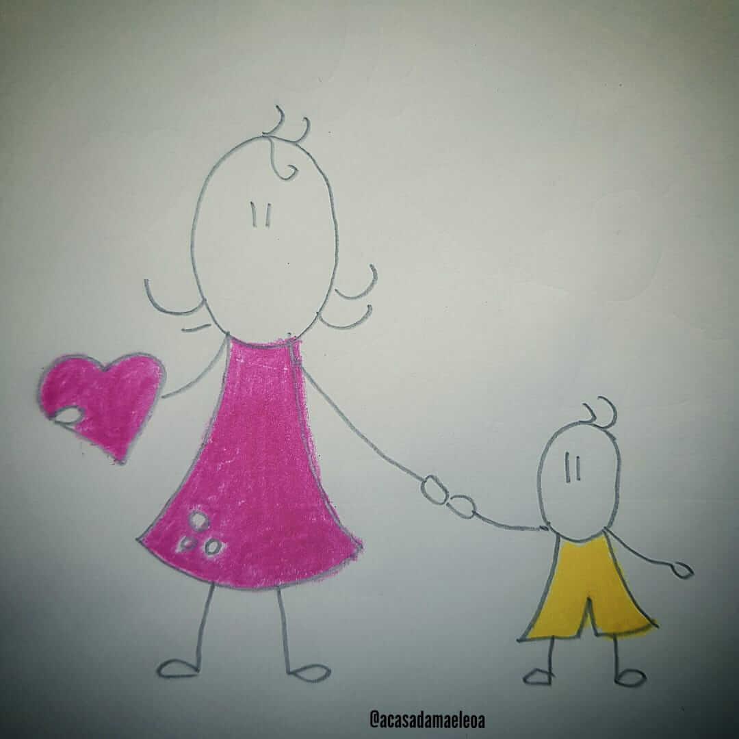 imagem de um mãe segurando a mão do filho com amor