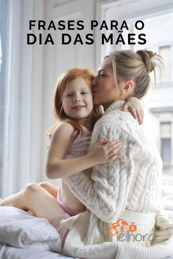imagem de uma mãe beijando a filha com o título frases para o dia das mçaes