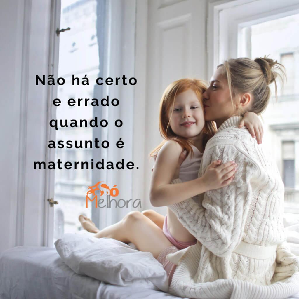 imagem de uma mãe beijando sua filha