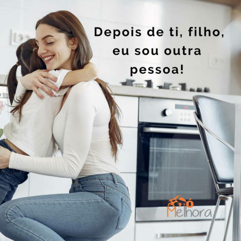 imagem de mãe e filha se abraçando