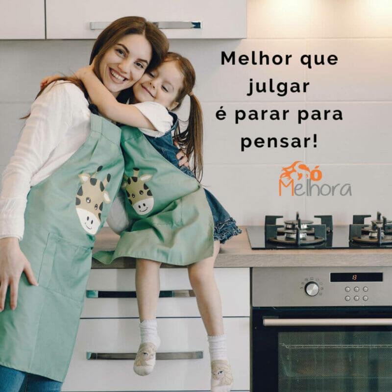 imagem de uma menina abraçando sua mãe