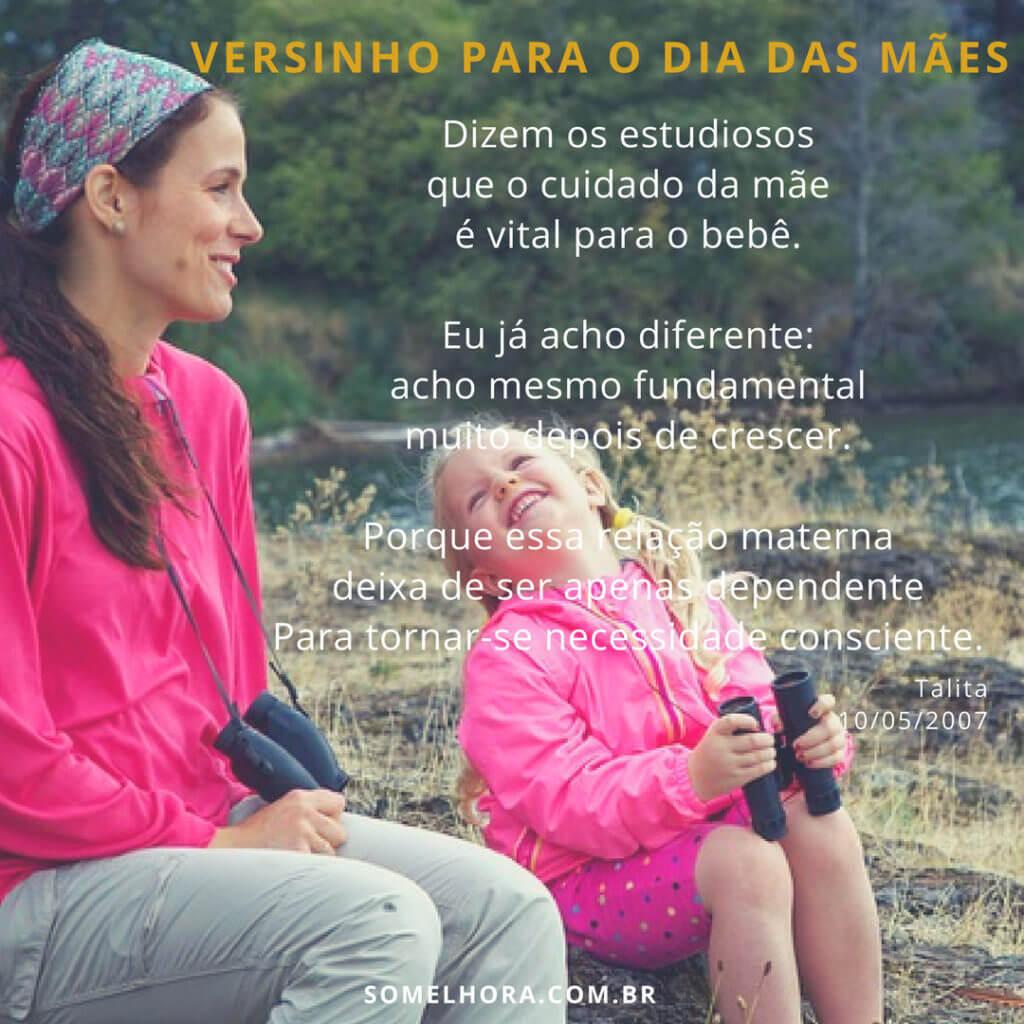imagem de mãe e filha sentadas rindo