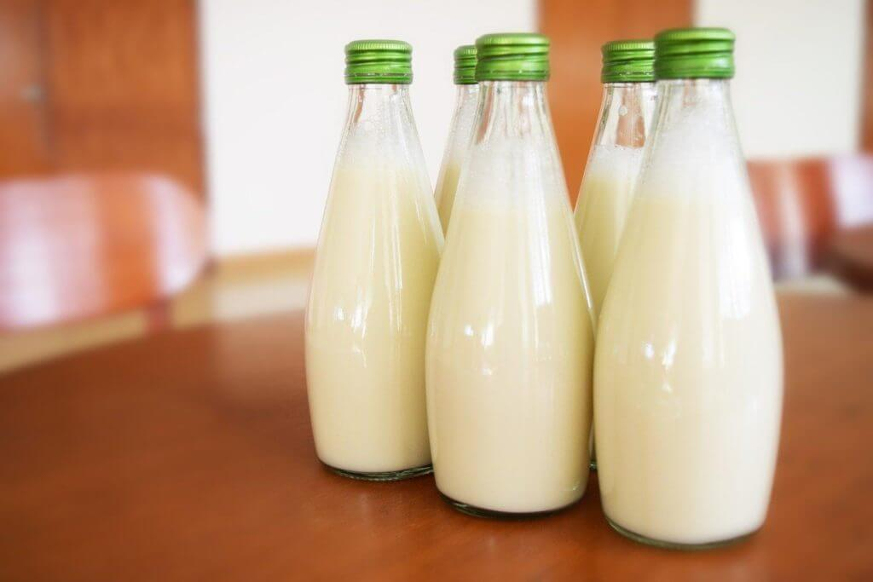 imagem de garrafas de leite de aveia