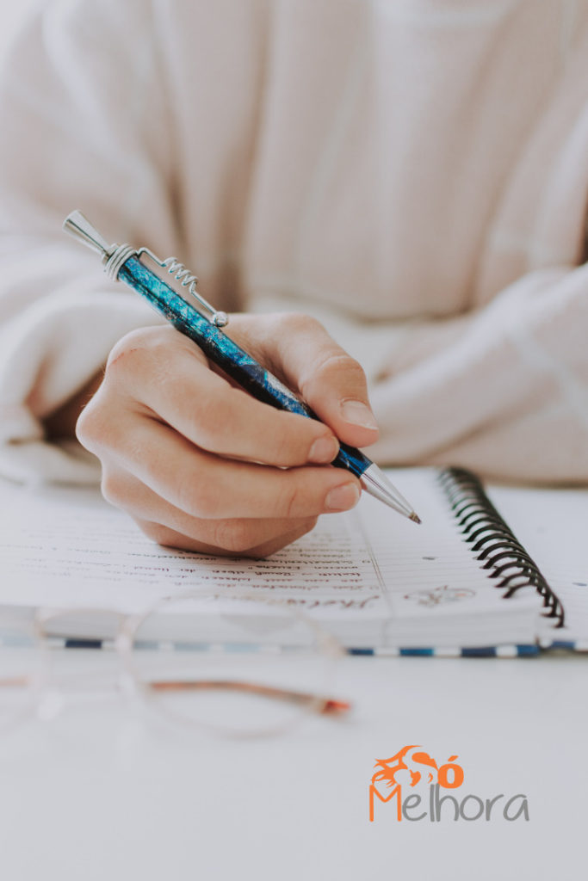 imagem de alguém escrevendo na agenda