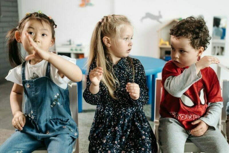 crianças sentadas como exemplo de filhos obedeçam
