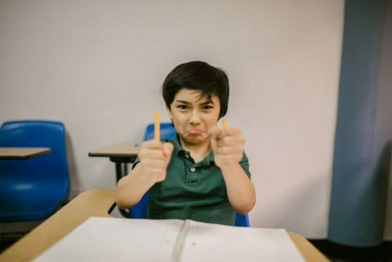 menino fazendo careta para ilustras os filhos obedeçam