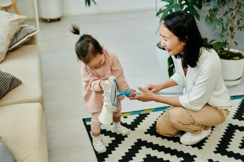 imagem de mãe e filha limpando a casa para deixá-la cheirosa