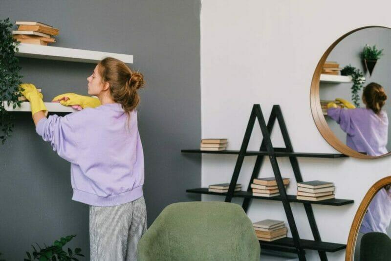 imagem de uma mulher limpando e deixando sua casa cheirosa